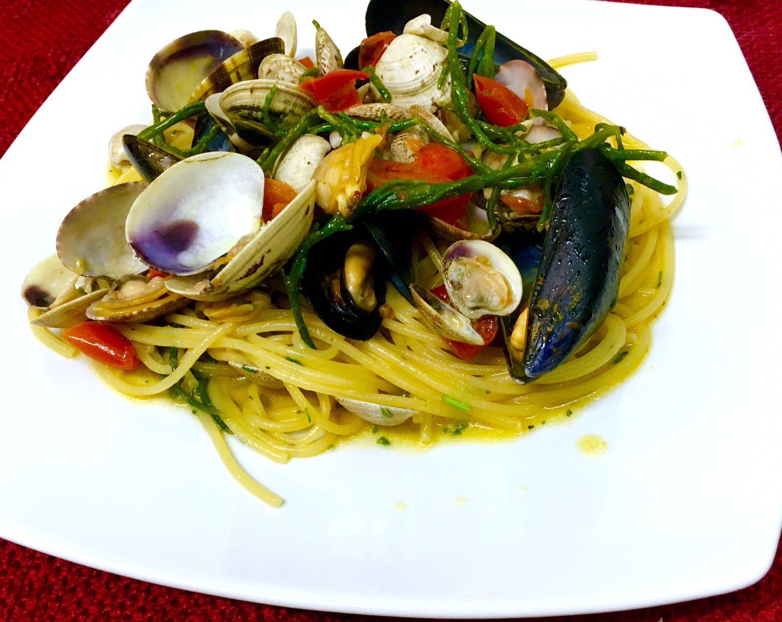 Spaghetti con frutti ed asparagi di mare